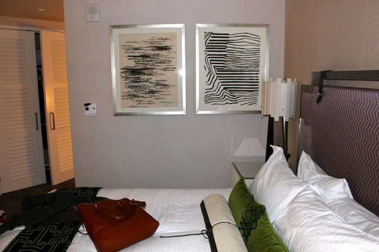 Kimpton Hotel Palomar Philadelphia: paintings on the wall - city view king
