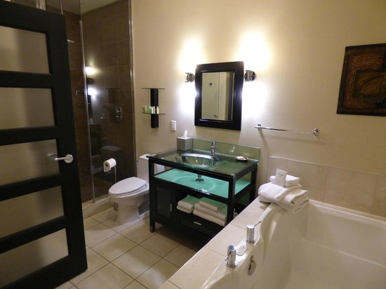 Sterling Inn & Spa: Bathroom Section with Jacuzzi