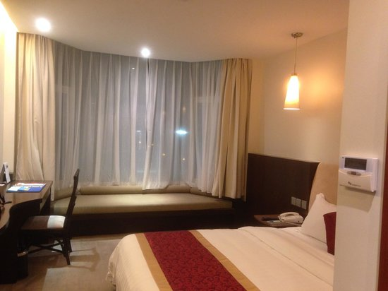 The Hanoi Club Hotel & Lake Palais Residences: Deluxe Room - Cosy & Comfortable