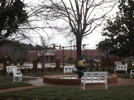 Westgate Historic Williamsburg Resort: Cute little park area in front of resort