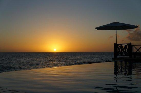 Scuba Lodge & Suites: A piscina com borda infinita é pequena, mas bastante charmosa e agradável.