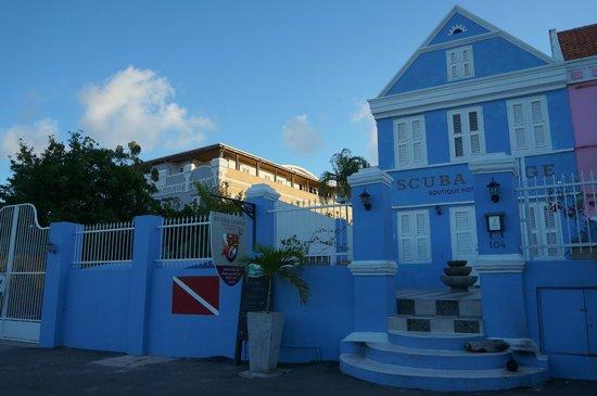 Scuba Lodge & Suites : O Scuba Lodge ocupa uma área de prédios antigos, mas a entrada é pelo prédio azul.