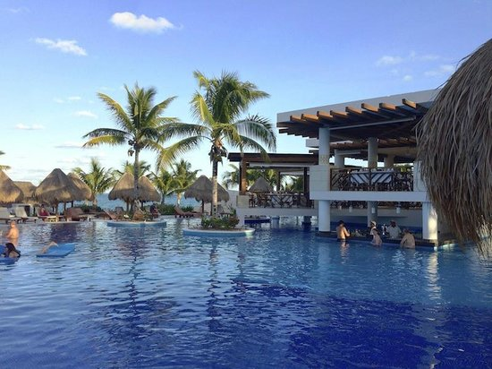Excellence Playa Mujeres: swim up