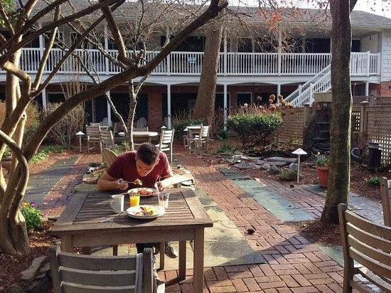 The Bellmoor Inn and Spa: Breakfast outside in December