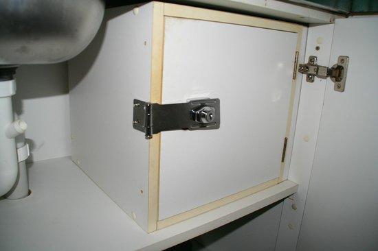 Muri Beachcomber : lächerlicher Safe; einfach mit Schraubenzieher zu öffnen