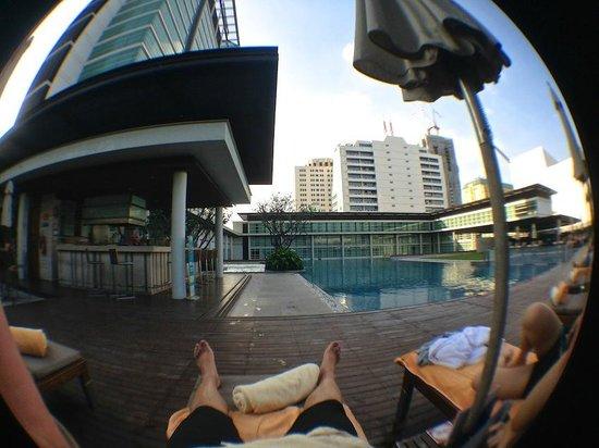 Pullman Bangkok King Power : lounging at the pool