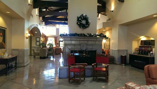 Hampton Inn and Suites Tucson-Mall: Decorated well for Christmas