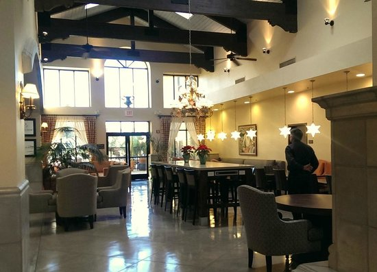 Hampton Inn and Suites Tucson-Mall: Part of the main lobby off of the breakfast room