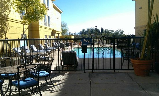 Hampton Inn and Suites Tucson-Mall: Looking out at the pool