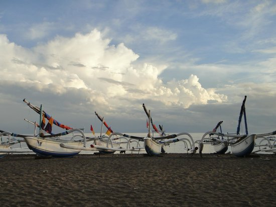 Life in Amed Boutique Hotel: Beach view in AM after boats come back in