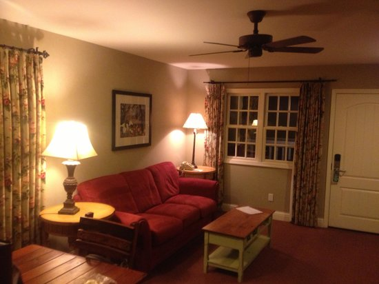 Cambria Pines Lodge: Living room of suite