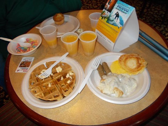 Budget Inn : Yummy.....make your own waffles, always a hit with me!
