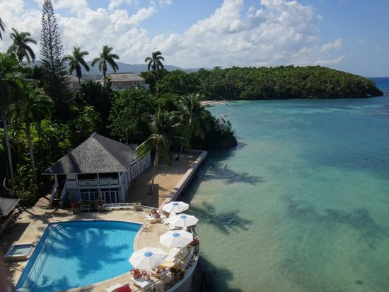 Couples Sans Souci: View from cliff looking over mineral pool & ocean