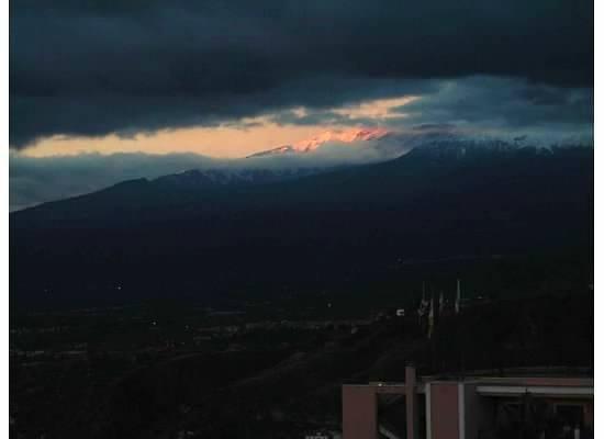 Hotel Villa Carlotta: Volcanic ash over Etna