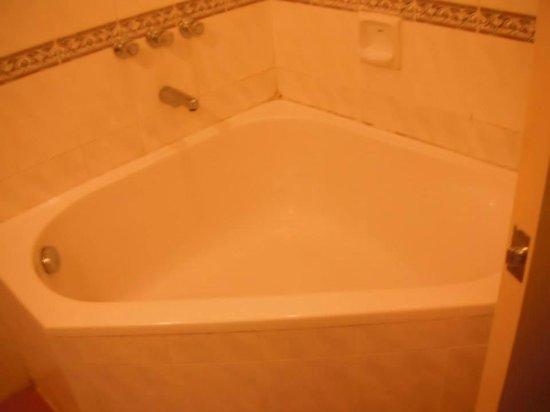 Lotus Desaru Beach Resort: Bath tub