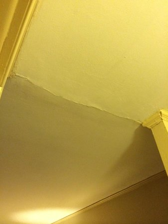 Americas Best Value Inn Stamford : more cracked walls