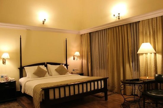 Royal Orchid Metropole Hotel: Large room, comfortable bed