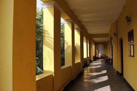 Royal Orchid Metropole Hotel : Sunny corridors