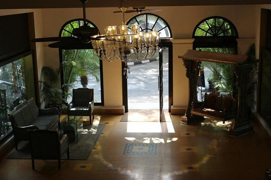 Royal Orchid Metropole Hotel : Lobby from the grand staircase