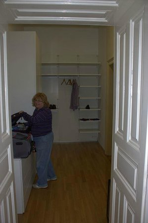 Hotel Altstadt Vienna: Dressing room with shelves everywhere
