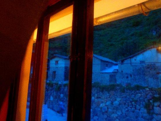 Janaxpacha Hostel: Vista al anochecer, desde la cama se ven las ruinas de Pinkuylluna