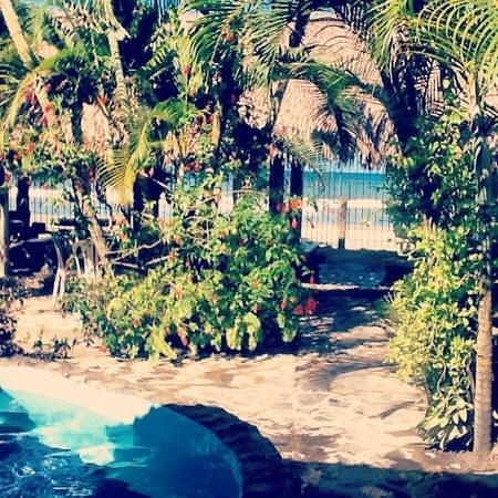 Villa Helen's Hotel & Restaurant: pool and beach