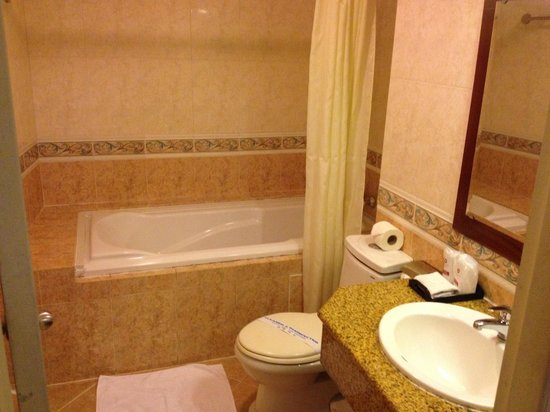 Asian Ruby Central Hotel : Bathroom. Spacious