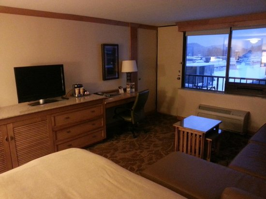 High Peaks Resort: desk, tv and storage