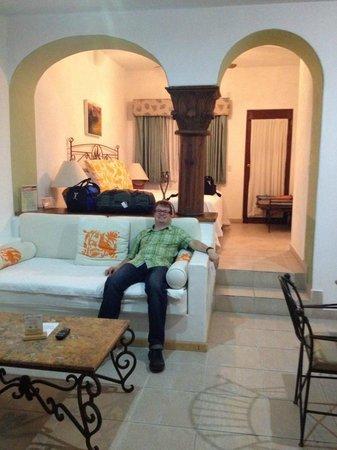 El Encanto Inn & Suites Boutique Hotel: Living room, bedroom behind