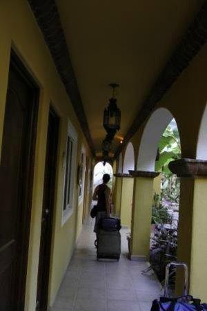 El Encanto Inn & Suites Boutique Hotel: Hallway / garden area