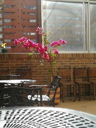 Casa Quinta Hotel Boutique: Acogedora terraza cubierta. Aquí sirven el desayuno y se puede trabajar tranquilamente.