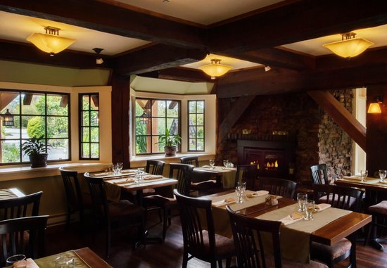 Locals Restaurant at the Old House: Cozy lower dining room