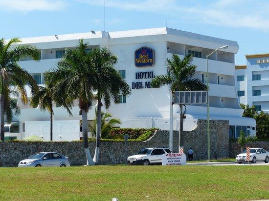Gamma Campeche Malecón: Вид на гостинницу с набережной