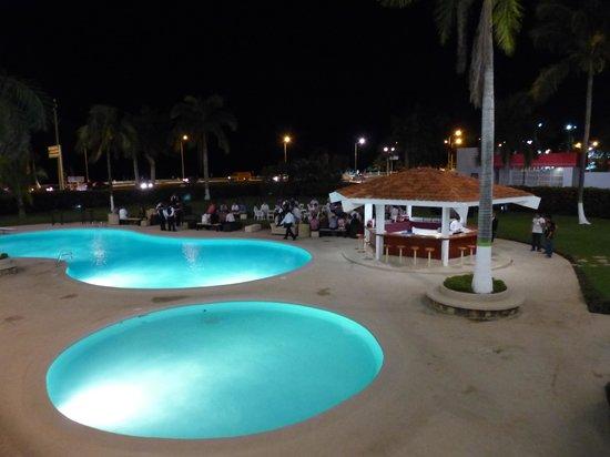 Gamma Campeche Malecón: Бассейны ночью