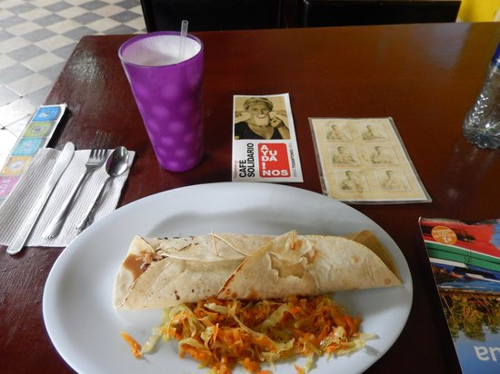 Café de las Sonrisas : Lunch of pineapple water and a beef burrito, notice sign card to help with communication