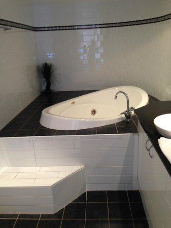 Victoria Square Apartments : Jacuzzi in toilet