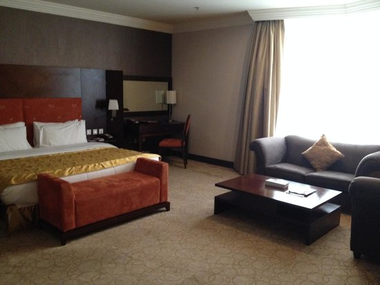 Swiss-Belhotel Doha: Room, bed and desk