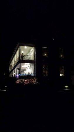 Ravenscroft Inn: Ravenscroft at night with Christmas lights