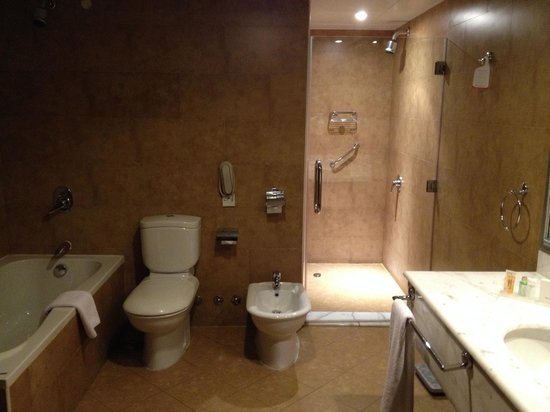 Swiss-Belhotel Doha: Bathroom