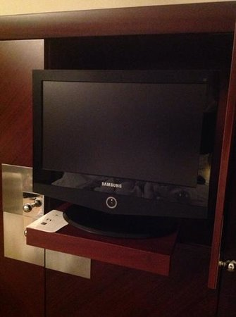 InterContinental Lisbon: computer monitor sized tv