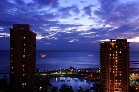 Hilton Grand Vacations at Hilton Hawaiian Village : evening