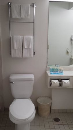 Alohilani Resort Waikiki Beach: outdated but clean bathroom