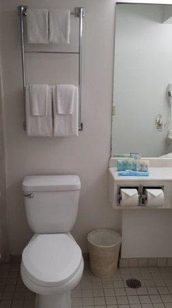 Alohilani Resort Waikiki Beach : outdated but clean bathroom