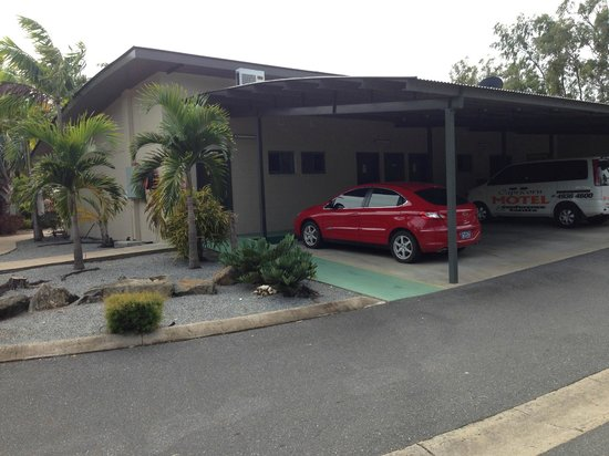 Capricorn Motel & Conference Centre : Ample undercover parking to each unit