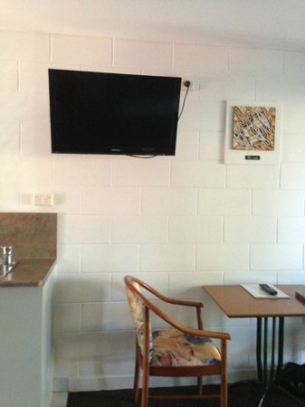Capricorn Motel & Conference Centre : Flat screen TV on wall remote control