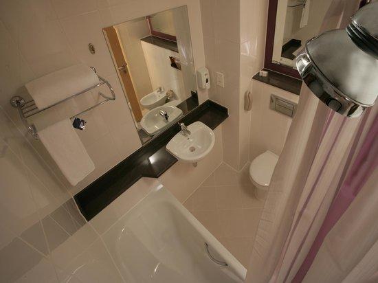 Premier Inn Abu Dhabi International Airport Hotel : Bathroom