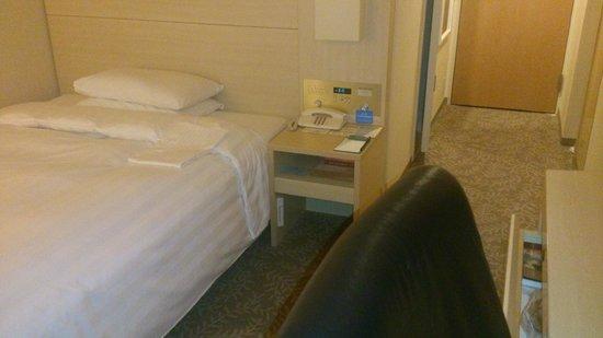 RIHGA Royal Hotel Osaka : ベッドサイド