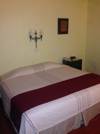 Hotel Chichen Itza: Hacienda style room and comfortable bed.