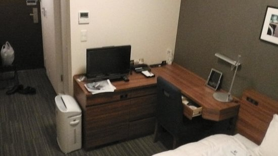Hotel Viainn Tokyo Oimachi: デスクスタンド付の機能的なデスク