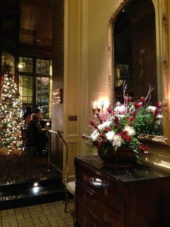 Mayflower Park Hotel: Elevator entrance area